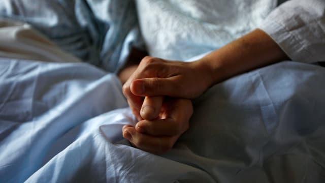 Ein Hand hält eine Hand.