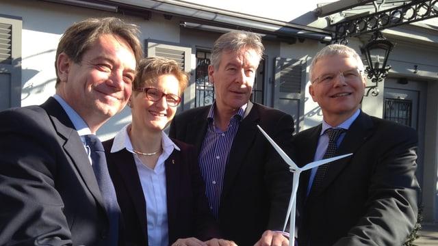Die drei Chefs der Energieversorger und Regierungsrätin Pegoraro posieren vor kleinem Windradmodell.