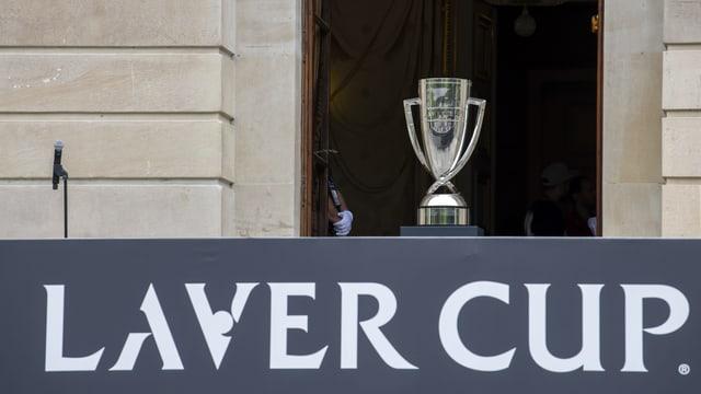 Der Laver-Cup-Pokal steht auf einem Podest, auf dem in Grossbuchstaben Laver Cup steht.