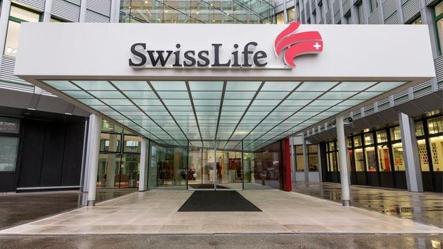 Swiss Life Logo am Eingang des Hauptgebäudes.