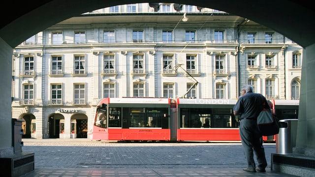 Ein Tram fährt durch die Altstadt von Bern.