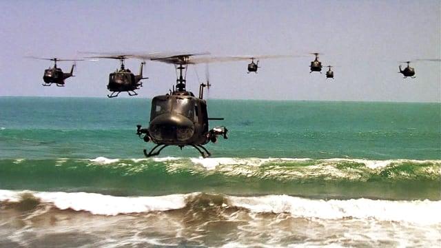 Helikopter fliegen übers Meer
