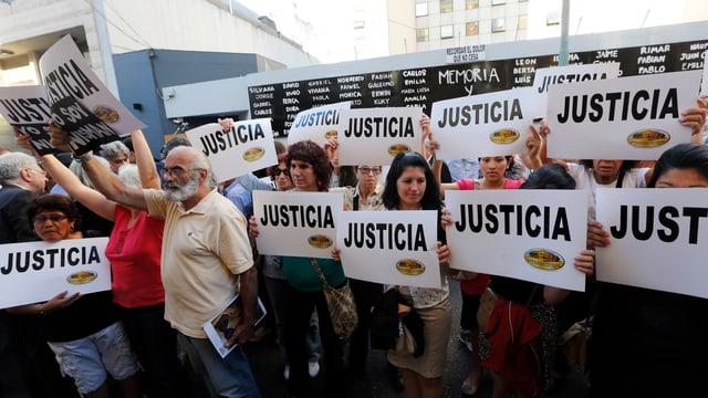 """Demonstranten fordern mit Schildern """"Gerechtigkeit"""" und """"Ich bin Nisman"""" eine Aufklärung des mysteriösen Todes des Staatsanwaltes Alberto Nisman."""