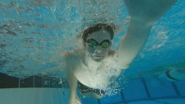 Mann schwimmt