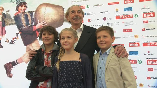 Ils protagonists dal film Uorsin a la premiera a Cuira.