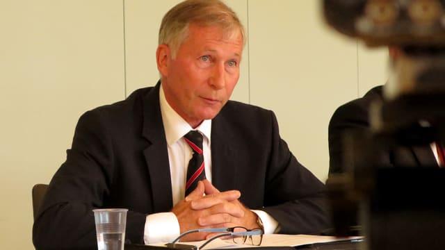 Alfred Schmid an einer Medienkonferenz
