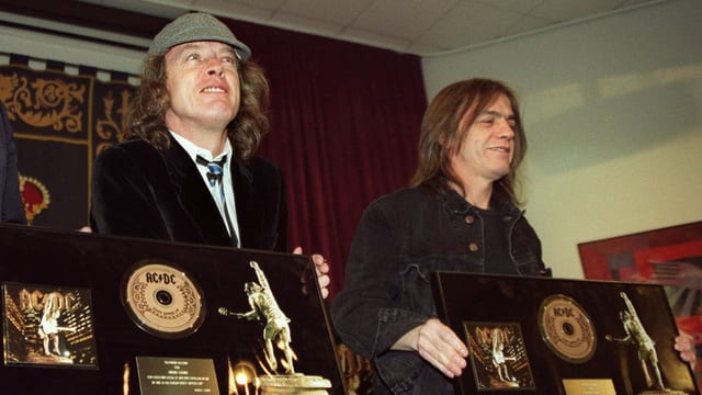Ils frars Angus e Malcolm Young cun dus albums.