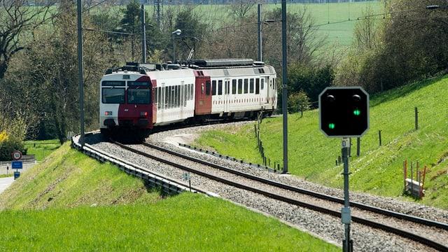 Ein Zug der TPF in einer Kurve.