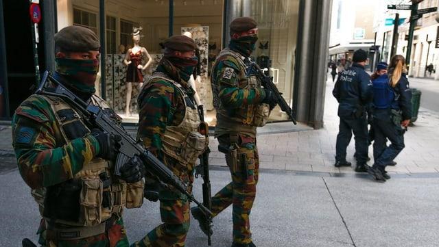 Er oz patrugliavan schuldada beltga per las vias da Brüssel.