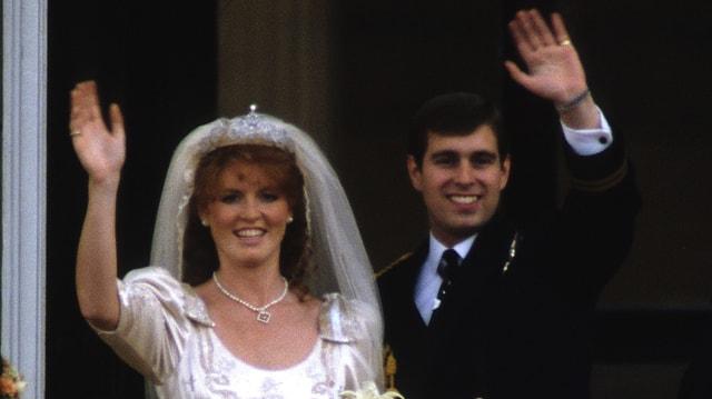 Sarah Ferguson und Prinz Andrew winkend