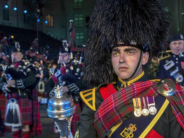 Dudelsackbläser in schottischer Uniform.