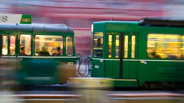 Tram braust vorbei; Tram mit Bewegungsunschärfe.