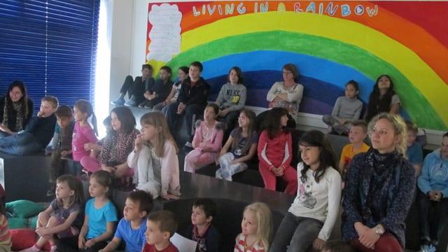 In Solothurn gibt es seit 2009 eine internationale Schule. Vor dem Unterricht treffen sich jeweils alle Schüler zur Versammlung.