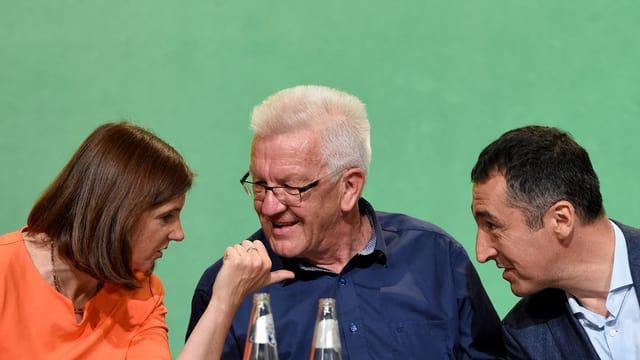 Katrin Göring-Eckardt (L) und Cem Özdemir (R) mit Winfried Kretschmann am Grünen-Parteitag.