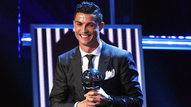 Cristiano Ronaldo cun la trofea.