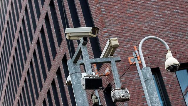 Kameras vor dem BND-Gebäude in Berlin.