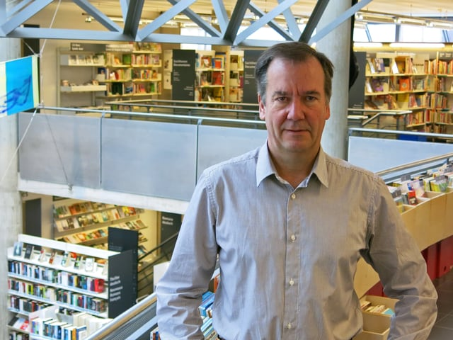 Direktor Clemens Moser in der Bibliothek.