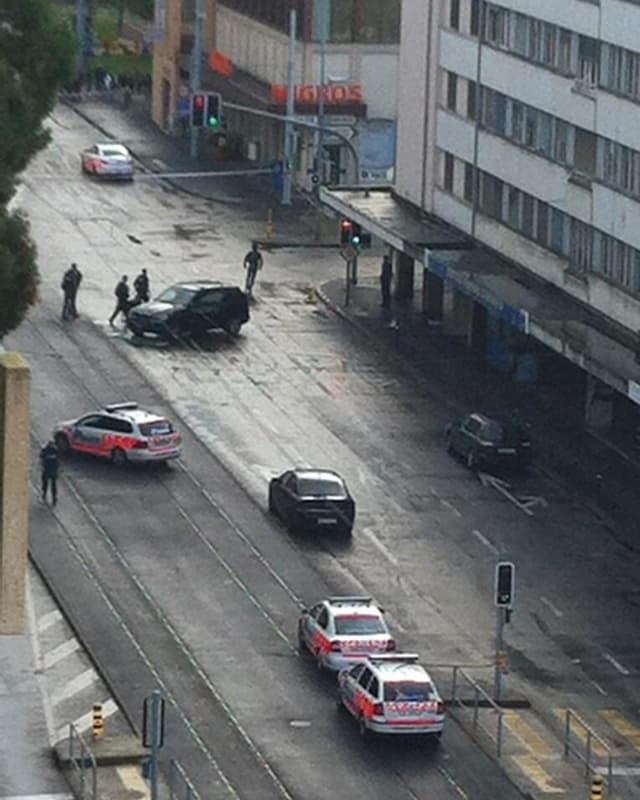 Polizeifahrzeuge vor einer Bank in Genf.