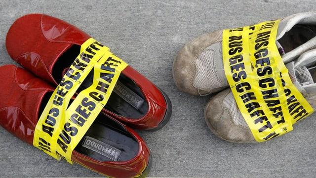 Schuhe, eingebunden mit einem Band mit der Aufschrift «Ausgeschafft».