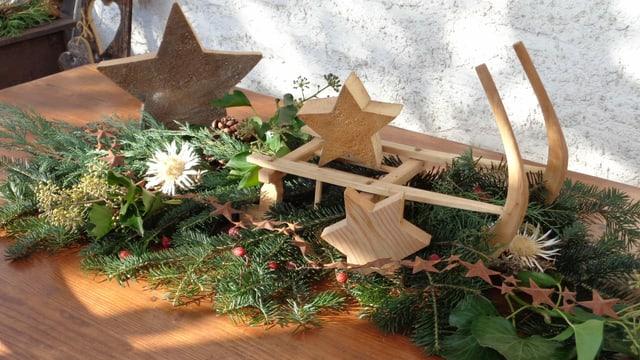 Eine Dekoration mit Sternen auf einem Gartentisch.