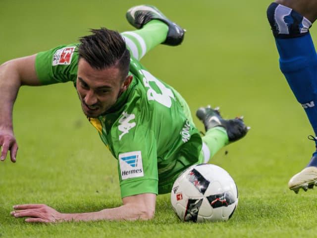 Josip Drmic fällt über den Ball