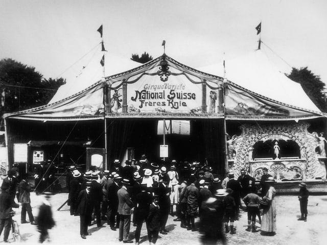Ein altes Foto zeigt das Zirkuszelt, davor stehen die Besucher Schlange.