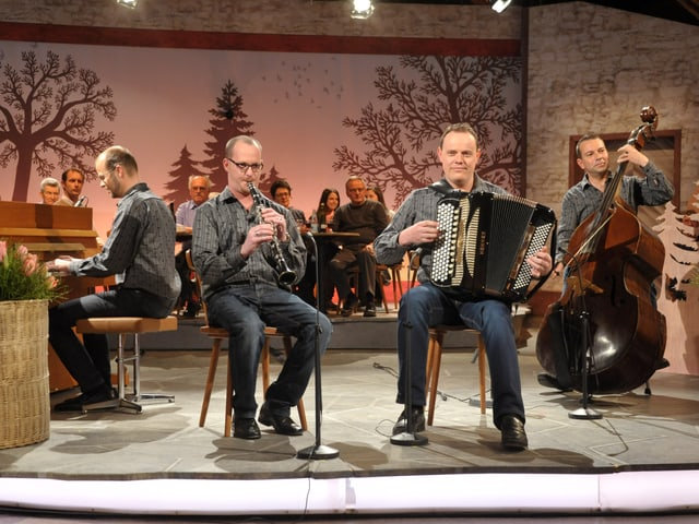 4 Musiker auf der Bühne.