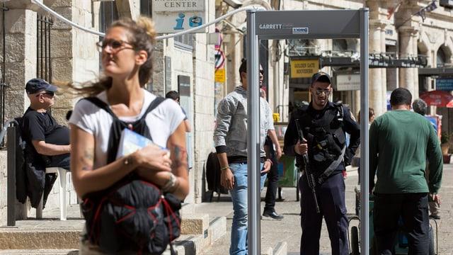 Sicherheitskontrolle mit Metalldetektor am Eingang der Jerusalemer Altstadt.