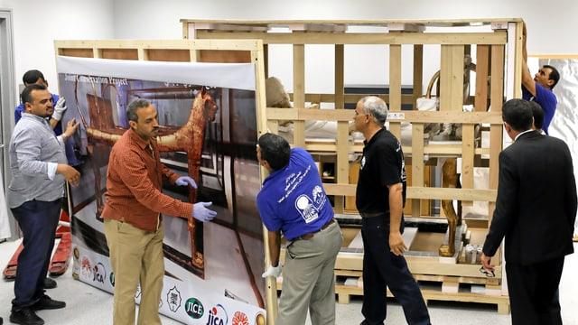 Arbeiter transportieren Tutanchamuns Bestattungsbett ins Restaurationslabor.