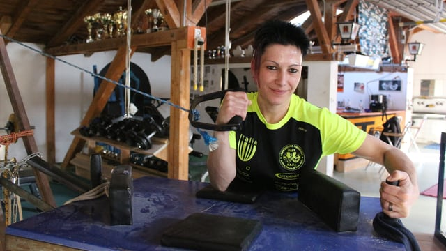 Doppel-Schweizermeisterin Leila Leuenberger im Trainingslokal