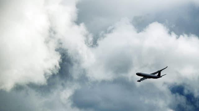 Ein Flugzeug startet vom Flughafen Kloten