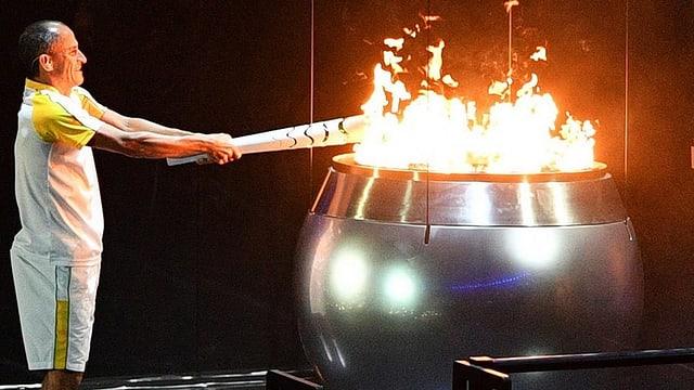 Il currider da maraton Vanderlei Cordeiro da Lima ha envidà la flomma olimpica.