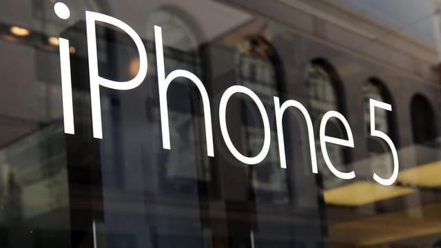 Schaufensterscheibe mit der Aufschrift iPhone 5