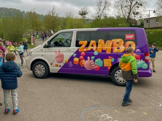 Zambo-Bus auf dem Pausenplatz