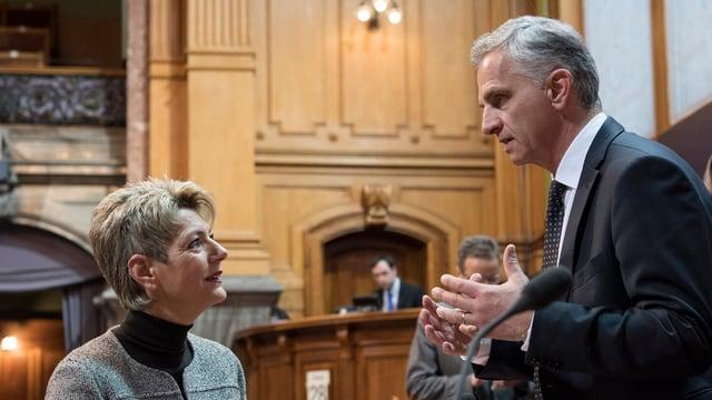 Karin Keller-Sutter (PLD/SG) e cusseglier federal Didier Burkhalter (PLD) en discussiun.