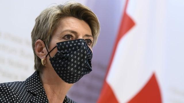 Karin Keller-Sutter in Nahaufnahme mit Mund-Nasenschutz