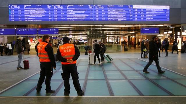 Zwei Sicherheitsmänner stehen am Wiener Bahnhof