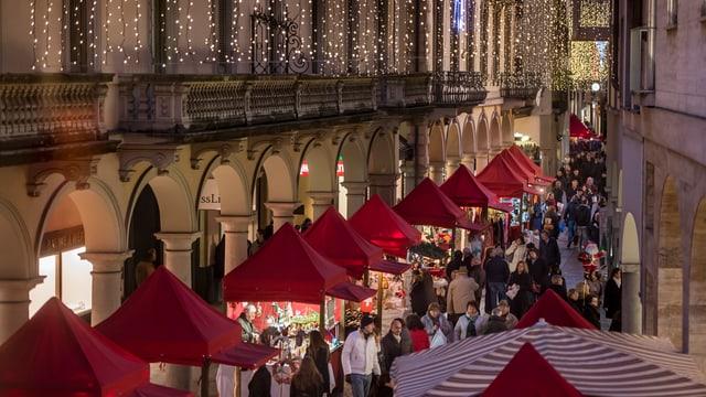 Menschen schlendern entlang dem Weihnachtsmarkt an der Via Nassa in Lugano.