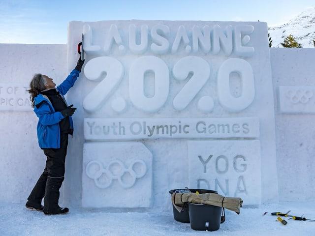 Eine Schneeskulptur mit der Aufschrift Lausanne 2020.