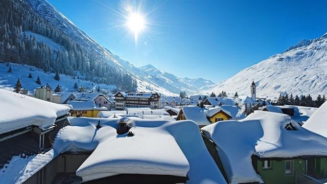 Andermatt im Winter mit verschneiten Dächern.