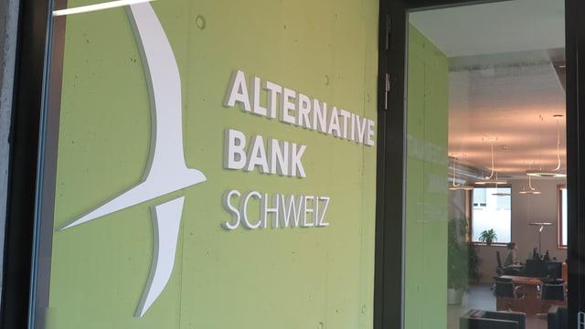Eingangsbereich mit der Aufschrift Alternative Bank Schweiz und einer Glastüre