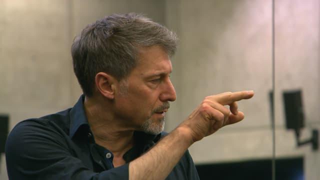 Martin Schläpfer zeigt mit dem Finger.