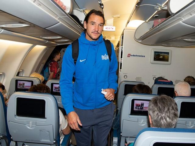 Alain Nef besteigt den Flieger.