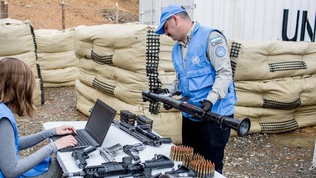 Mitarbieter der UNO inspizieren die Waffen der Farc-Rebellen