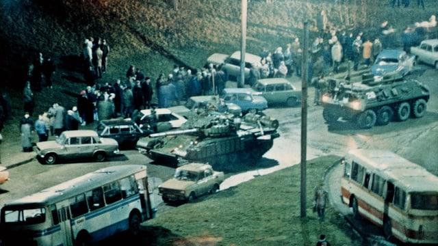 Sowjetische Panzer fahren in der Nacht in Vilnius ein.