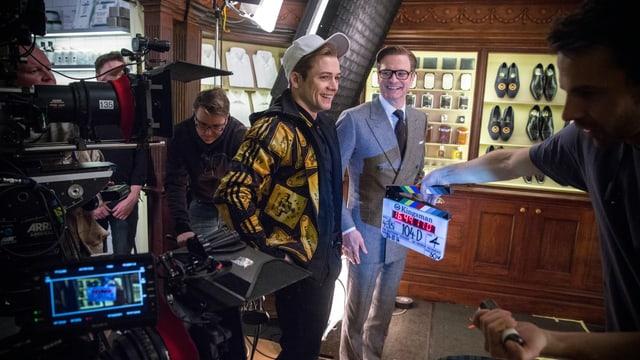 Die Schauspieler Taron Egerton und Colin Firth stehen für Kingsman vor der Kamera.
