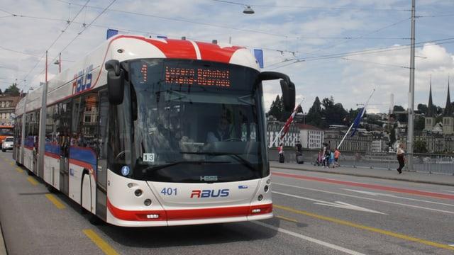 Ein weiss-blau-roter Bus, der durch die Stadt fährt.