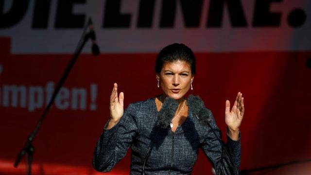 Sahra Wagenknecht am Redner*innen-Pult