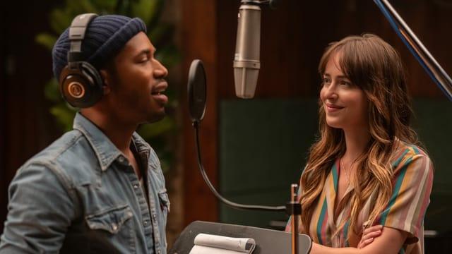 Maggie schaut David, den sie entdeckt hat, beim Singen im Studio zu.