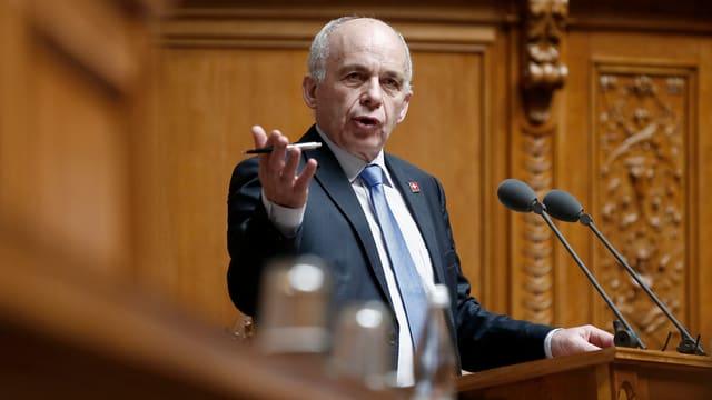 Bundesrat Maurer spricht im Nationalrat.